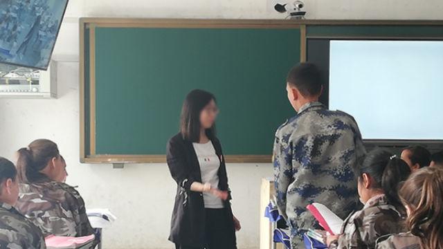Una maestra reclutada para Sinkiang enseña una lección.