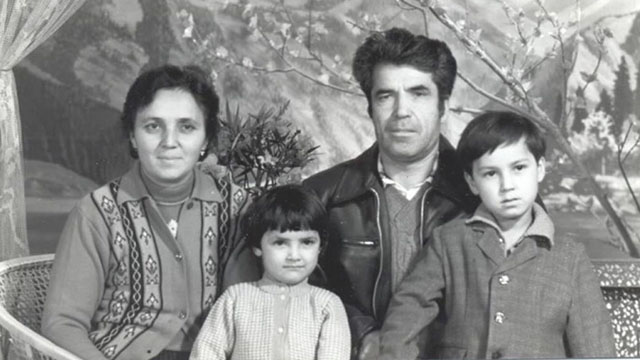 Chanisheff (izquierda), su esposo, Latif, y sus dos hijos, Kafiya y Azat. Fotografía tomada en épocas más felices.