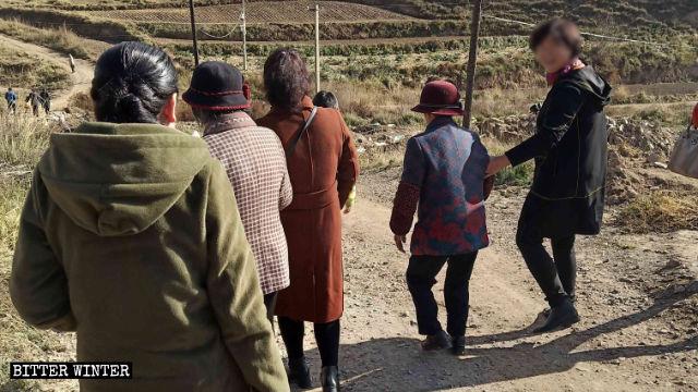 Los cristianos transitan por caminos en las montañas para llegar a su punto de reunión para practicar su fe.