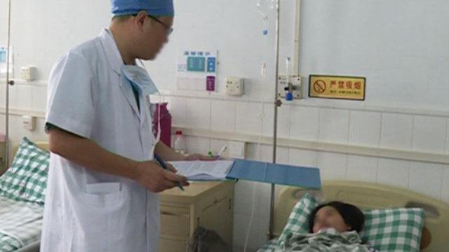 Un médico interroga a un paciente.