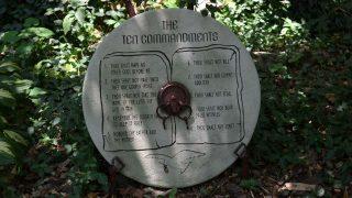 Una pizarra grabada con los Diez Mandamientos