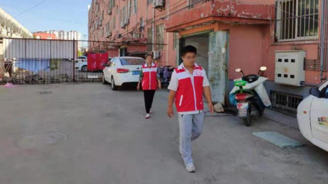 Administradores de red patrullan una comunidad de una localidad de la provincia de Shandong.