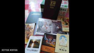 Algunos de los libros utilizados por el presbítero perteneciente a los testigos de Jehová coreano para predicar en la provincia de Shandong.