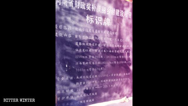 """En el poblado de Moling se exhibe un letrero dedicado a la construcción de una """"hermosa campiña""""."""