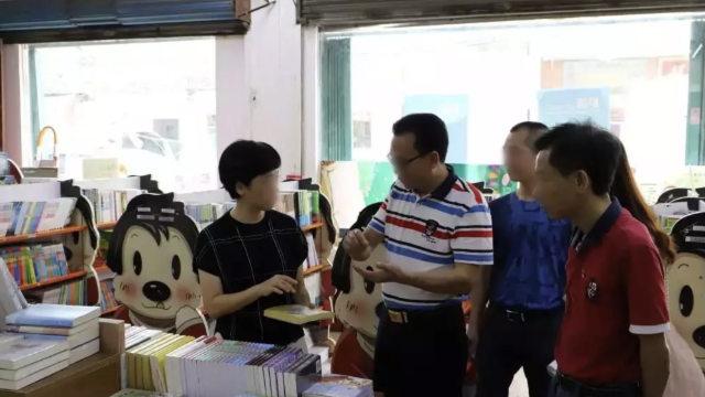 Funcionarios gubernamentales están inspeccionando publicaciones en una librería emplazada en la provincia de Cantón.