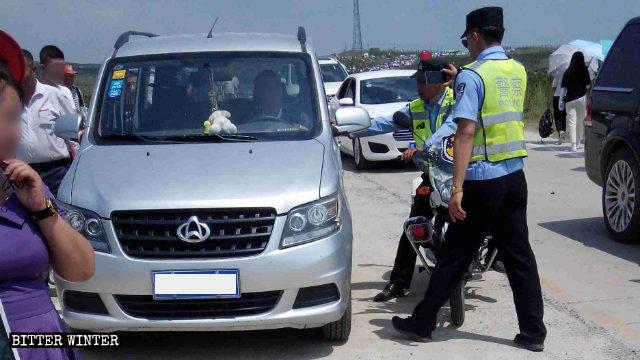 La policía intercepta vehículos en el camino al sitio de peregrinación de la Montaña de Mozi.