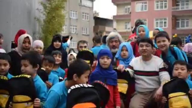 Lokman Hira'i (al frente a la derecha) rodeado por alumnos y colegas.