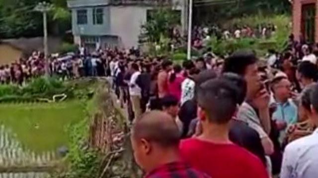 Los aldeanos organizaron espontáneamente una protesta para evitar que el Gobierno desenterrara tumbas y secuestrara cadáveres.
