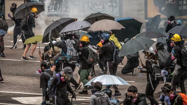 Los manifestantes y reporteros de Hong Kong necesitan máscaras faciales y paraguas para resistir los ataques con gas lacrimógeno perpetrados por la policía. (Studio Incendo-CC BY 2.0)