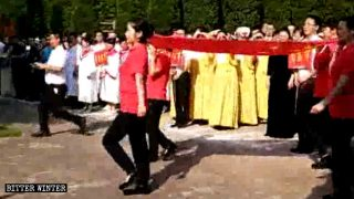 Cantar canciones comunistas mientras se es cristiano