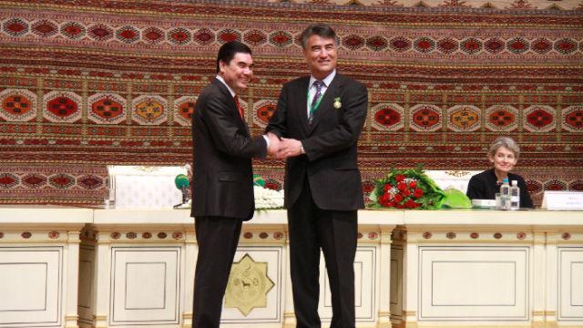 Tashpolat Tiyip acepta el Premio Internacional Magtymguly a menos del presidente de Turkmenistán, Gurbanguly Berdimuhamedow (izquierda).