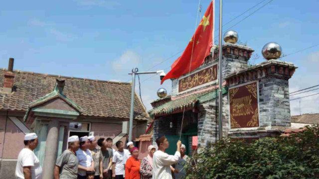 En una mezquita emplazada en la provincia de Liaoning, los musulmanes se ven obligados a organizar ceremonias de izado de la bandera.