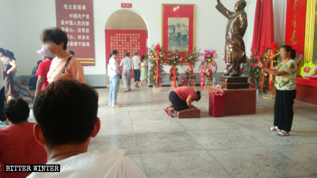Gente rindiendo culto en un salón conmemorativo a Mao Zedong emplazado en el distrito de Liangyuan de la ciudad de Shangqiu.