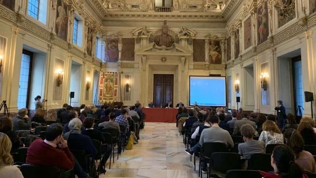 La conferencia en el Salone dell'Alessi.