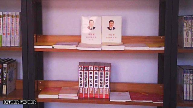"""Libros """"rojos"""" exhibidos en las estanterías de la biblioteca de una iglesia de las Tres Autonomías emplazada en Zhengzhou."""