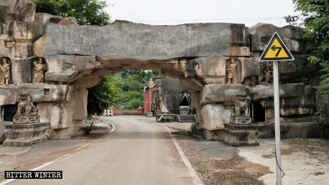 """Los caracteres chinos utilizados para escribir """"Templo Dianjiang Dafo"""" que se hallaban situados sobre la entrada del templo fueron cubiertos con cemento."""