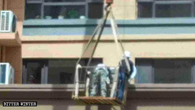 Trabajadores desmantelando antenas satelitales