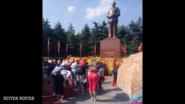Turistas rinden culto a la estatua de bronce de Mao Zedong de una plaza situada en la ciudad de Shaoshan de la provincia central de Hunan.