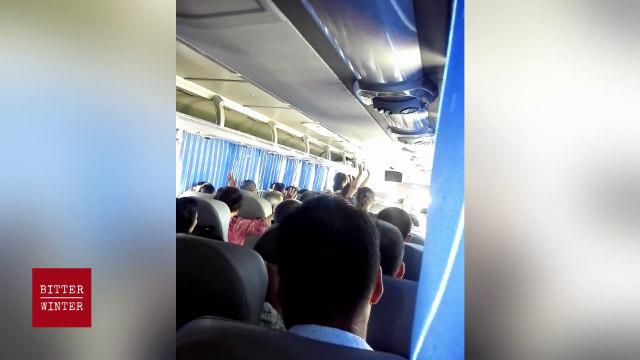 Los cristianos celebran una reunión de manera secreta en un autobús.