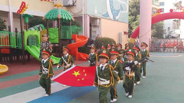 En un jardín de infantes emplazado en la provincia de Jiangxi se celebró una ceremonia de izamiento de la bandera.
