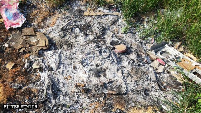 Cenizas que quedaron luego de que la estatua de la Virgen María fuera quemada.