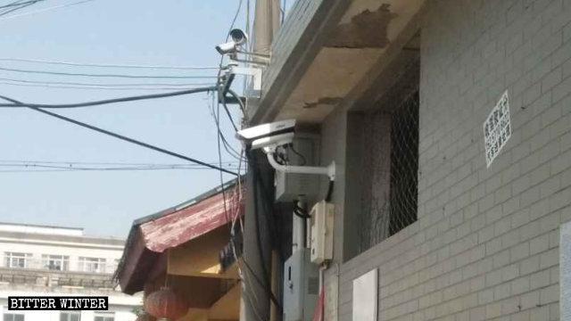 Cumpliendo con las exigencias del Partido Comunista Chino (PCCh) de tener cámaras en todos los lugares religiosos oficiales, se instaló una cámara de vigilancia con sistema de reconocimiento facial fuera de un templo.
