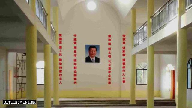 En el centro de uno de los muros de la iglesia cuelga un retrato de Xi Jinping, rodeado de consignas propagandísticas a ambos lados.