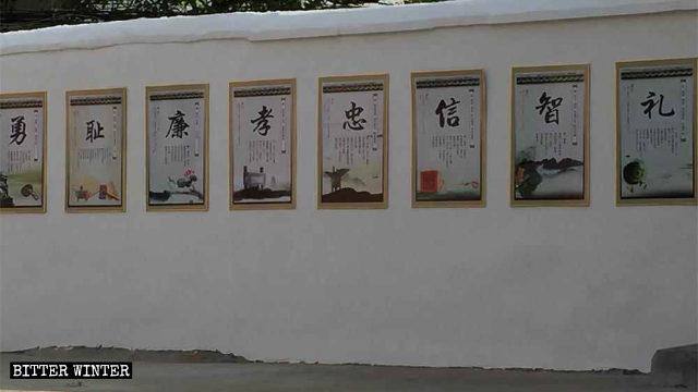 En los muros de la Catedral de San José se han colocado consignas que promueven la cultura confuciana.