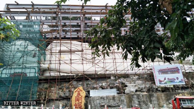 La gran escultura del Buda reclinado está siendo cubierta.