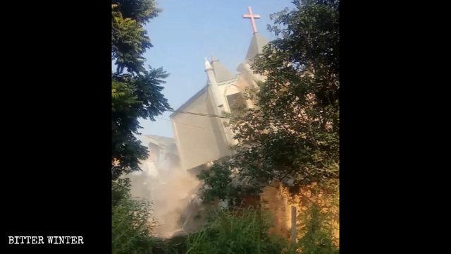 La segunda iglesia de las Tres Autonomías emplazada en la aldea de Liangcuo también fue demolida por la fuerza el 10 de septiembre.