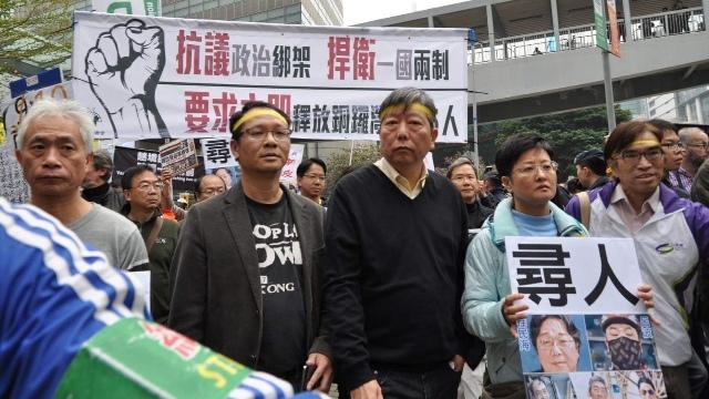 Lee Cheuk yan (sobreviviente de la masacre de Tiananmén) en la protesta en Hong Kong.