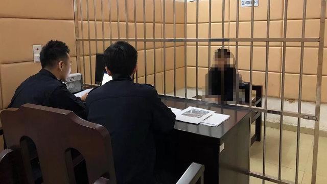 Oficiales de policía interrogando a un detenido