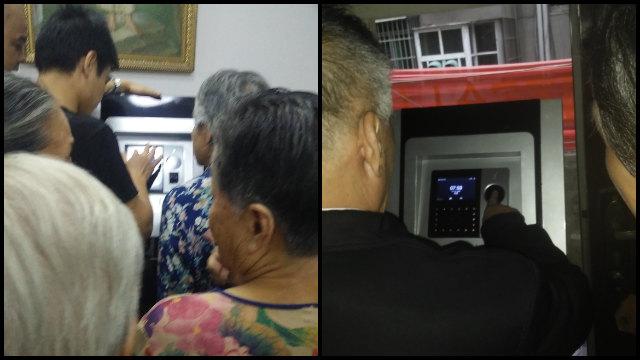 En una iglesia, creyentes de edad avanzada hacen fila para que les tomen sus huellas digitales.