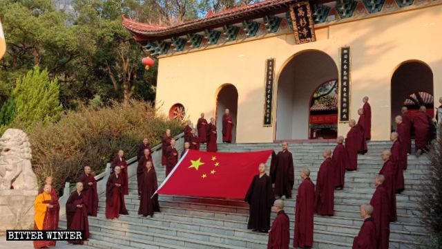 El 1 de octubre, los creyentes del Templo de Wanshan participaron en una ceremonia de izamiento de la bandera.