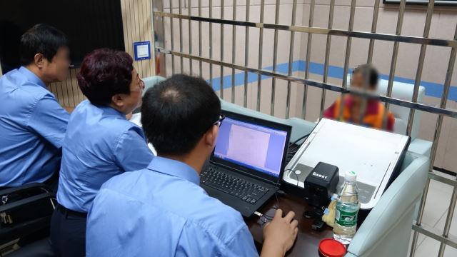 La policía de Shanxi está llevando a cabo un interrogatorio en una casa de detención.
