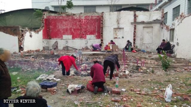 Ancianos budistas rezan en las ruinas del Templo de Bodhi.