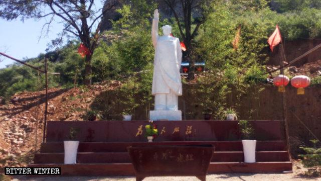 Estatua de Mao Zedong situada fuera del Templo Zhongyuan Yidianhong.