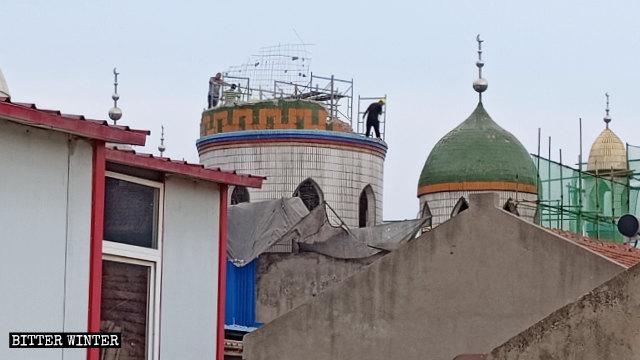 La cúpula de una mezquita emplazada en la ciudad a nivel de condado de Xinzheng, administrada por la ciudad de Zhengzhou en la provincia de Henán, fue demolida en el mes de julio.