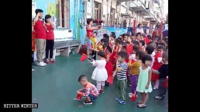 Niños en un jardín de infantes juran lealtad a la patria.