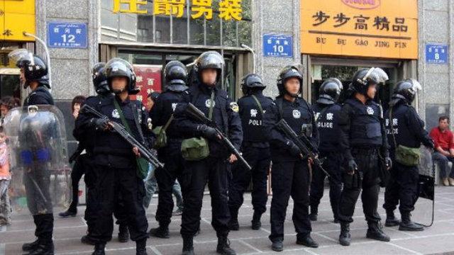 Policía especial en una calle de Xinjiang