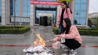 Quema de libros religiosos al estilo nazi llevada a cabo por el PCCh