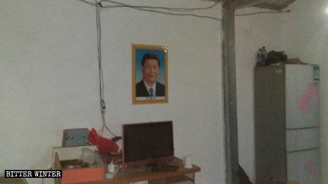 Un retrato de Xi Jinping se encuentra colgado en una posición destacada en el hogar de un creyente.