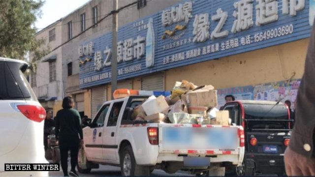Los libros budistas confiscados son retirados del Templo de Kwan Yin.