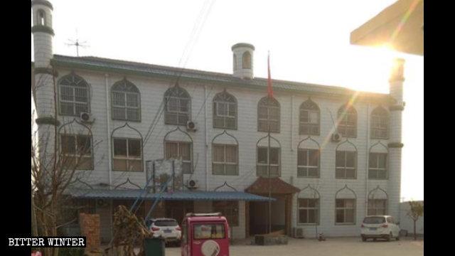 Los símbolos de luna creciente que se encontraban situados sobre los tres pilares del edificio de la escuela de árabe han sido removidos.