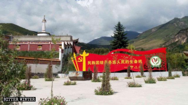 Un gran panel de propaganda con citas de un discurso de Xi Jinping fue colocado en las afueras del Templo de Youning emplazado en la provincia de Qinghai.