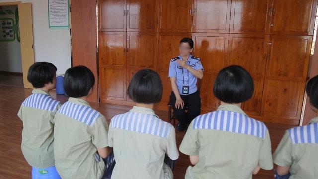 Un guardia carcelario adoctrina a las reclusas.