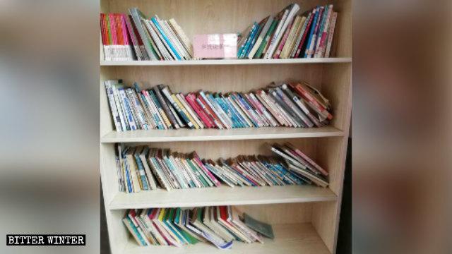 """En los estantes de la iglesia se exhiben libros """"rojos""""."""