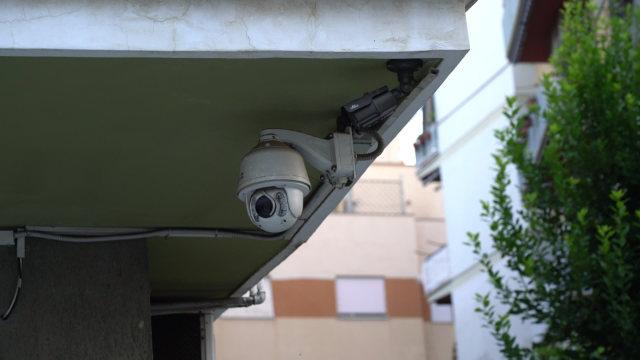 Cámara de vigilancia debajo del alero