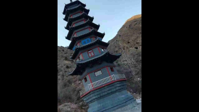 La pagoda que se hallaba situada en el Templo de Qingliang antes de ser demolida.