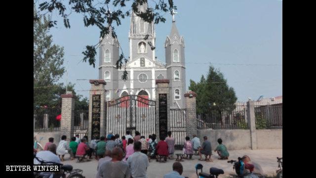 Los feligreses continúan reuniéndose afuera de la iglesia.